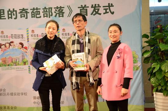 作者向深圳图书馆和母校深圳大学赠书.jpg